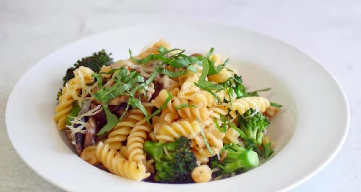 Brokoli ve mantarlı makarna tarifi