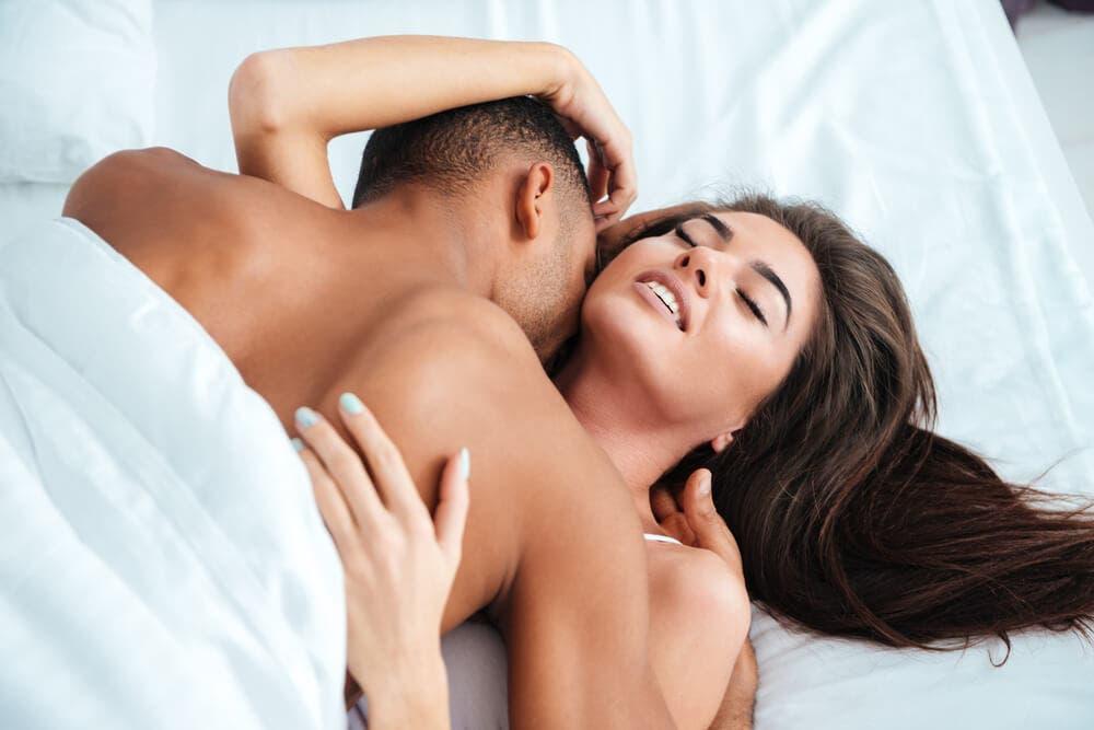 Девушки возбуждают парня секс